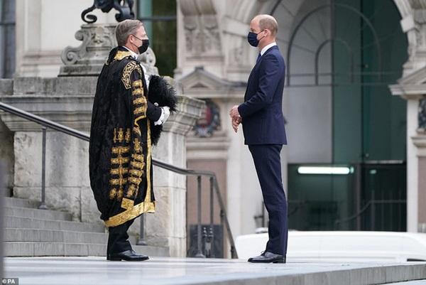 Công nương Kate phải tự cách ly vì tiếp xúc người mắc Covid-19 khiến Hoàng tử William xuất hiện lẻ loi-2