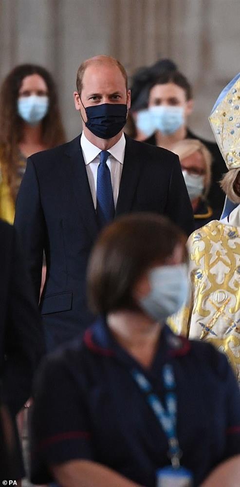 Công nương Kate phải tự cách ly vì tiếp xúc người mắc Covid-19 khiến Hoàng tử William xuất hiện lẻ loi-4