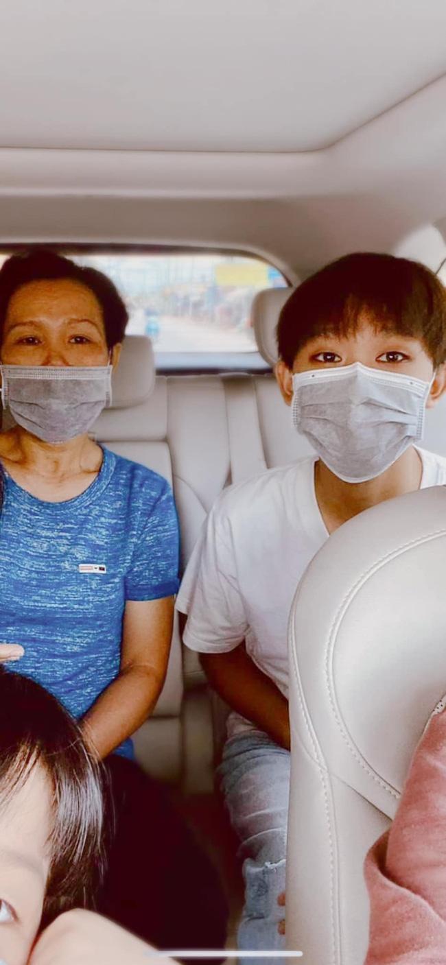 Hé lộ hình ảnh mẹ ruột đưa Hồ Văn Cường đi làm thủ tục thi tốt nghiệp THPT 2021, dân tình tò mò Phi Nhung đâu rồi?-1