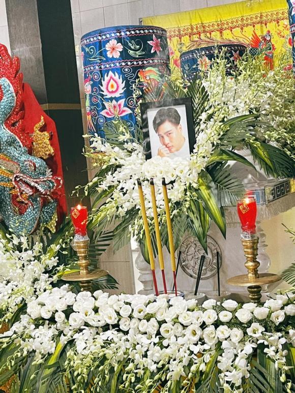 Xót xa hình ảnh bố mẹ Đức Long thất thần trong tang lễ vắng lặng của con trai-2