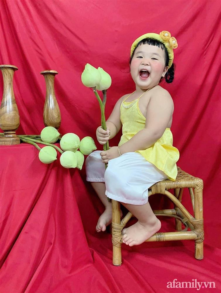 Kỳ công chuẩn bị bối cảnh cho con theo trend tự chụp ảnh sen tại nhà, bố mẹ cười xém ngất khi nhìn thành quả-5