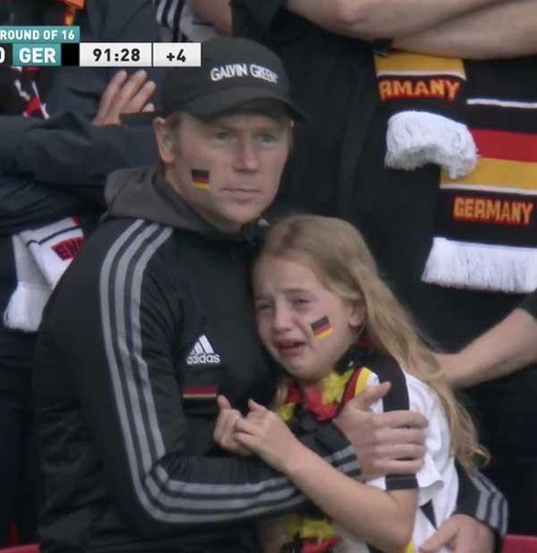 Bị chế nhạo vì khóc nức nở trên khán đài EURO 2020, bé gái được quyên tiền ủng hộ hơn 1 tỷ đồng và cái kết ấm lòng-1