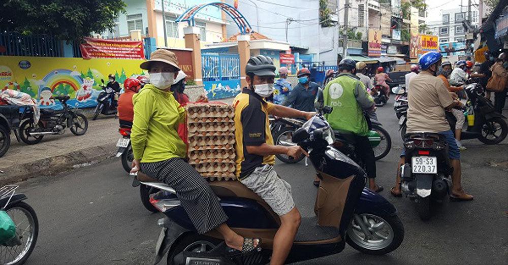 Sài Gòn trước cách ly: Rau xanh tăng dựng đứng, giá trứng lên gấp đôi-1