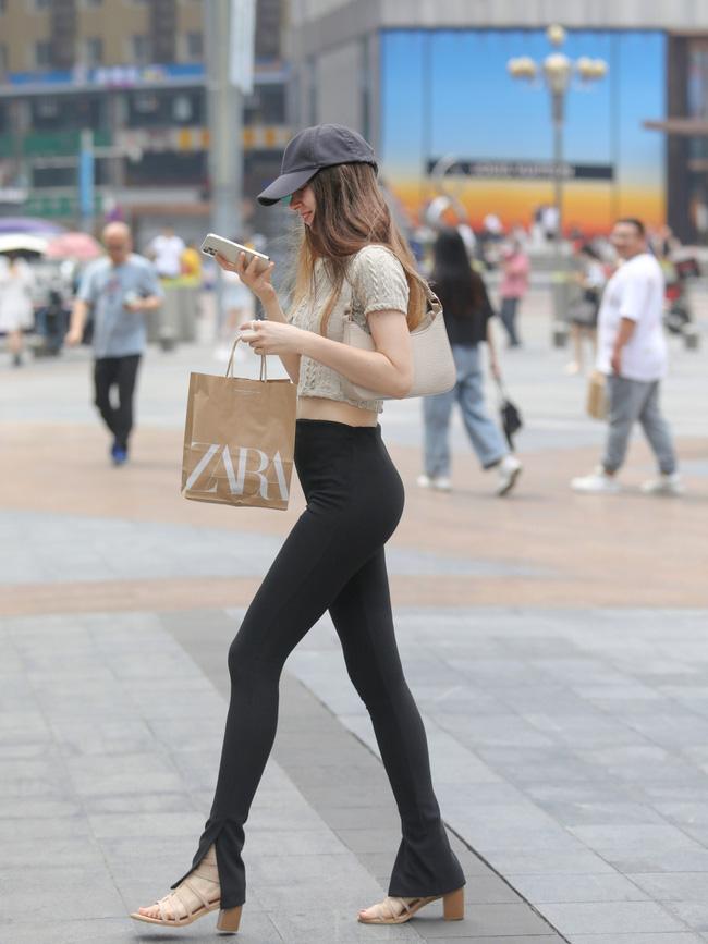 Street style Châu Á: Loạt quý cô khoe dáng với quần cạp cao nhưng vẫn có pha mặc lỗi-4