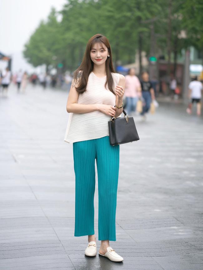 Street style Châu Á: Loạt quý cô khoe dáng với quần cạp cao nhưng vẫn có pha mặc lỗi-6