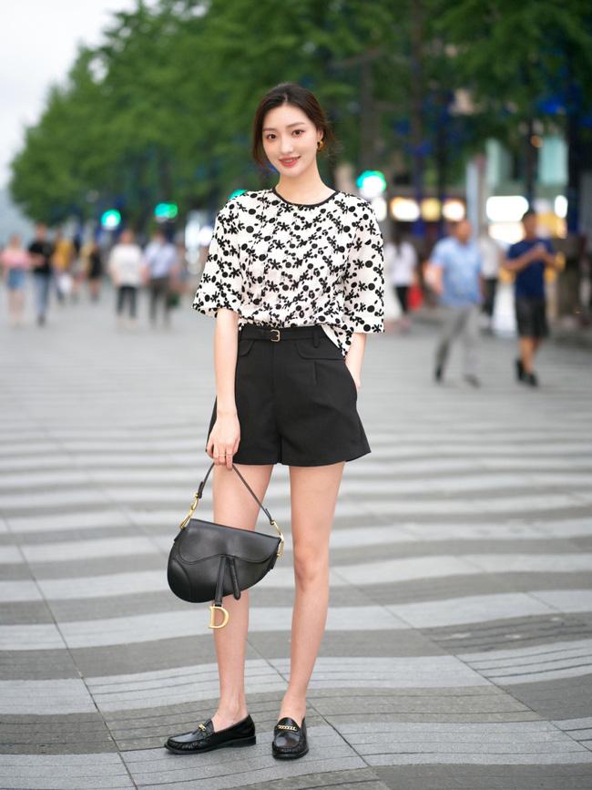 Street style Châu Á: Loạt quý cô khoe dáng với quần cạp cao nhưng vẫn có pha mặc lỗi-15