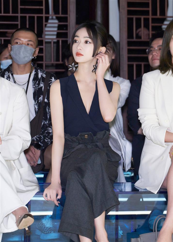 Visual của Ngô Cẩn Ngôn thăng hạng nhờ kiểu tóc mới, diện đồ đơn giản đi fashion show vẫn đẹp ngút ngàn-1