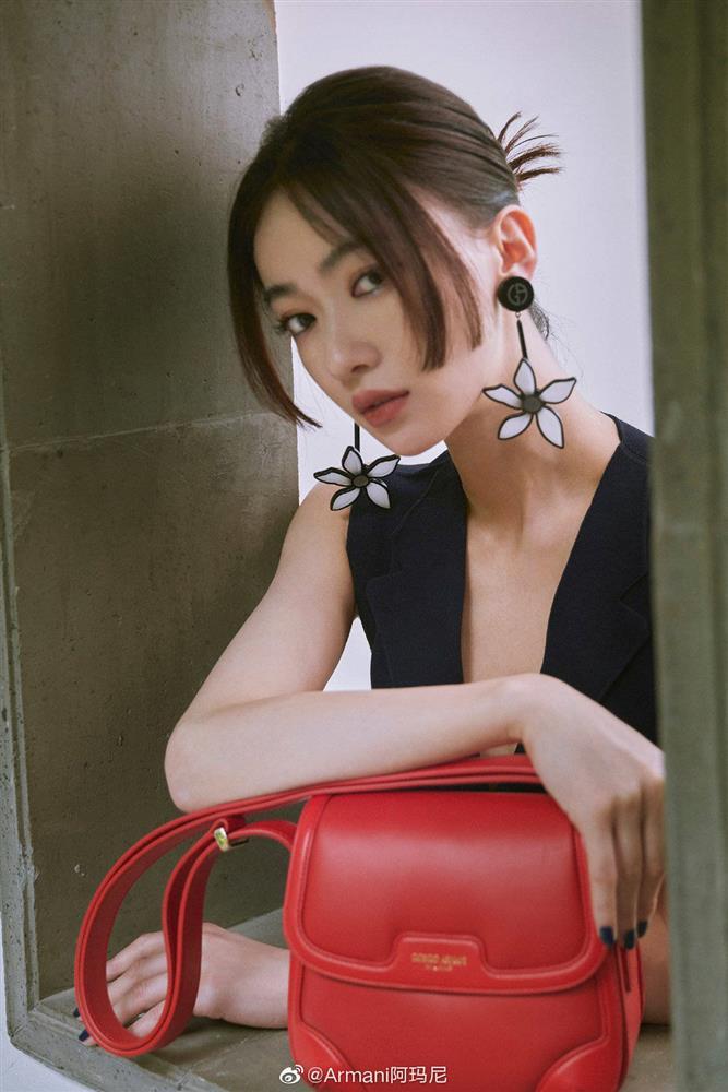 Visual của Ngô Cẩn Ngôn thăng hạng nhờ kiểu tóc mới, diện đồ đơn giản đi fashion show vẫn đẹp ngút ngàn-5