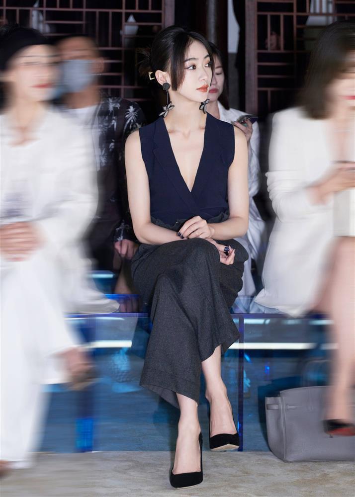 Visual của Ngô Cẩn Ngôn thăng hạng nhờ kiểu tóc mới, diện đồ đơn giản đi fashion show vẫn đẹp ngút ngàn-8
