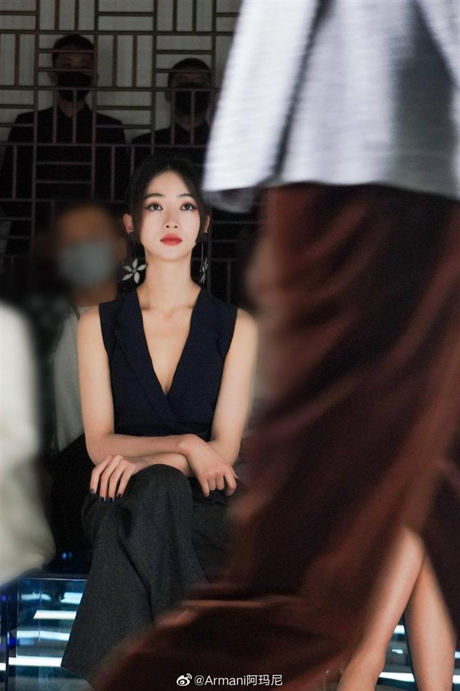 Visual của Ngô Cẩn Ngôn thăng hạng nhờ kiểu tóc mới, diện đồ đơn giản đi fashion show vẫn đẹp ngút ngàn-9