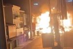 Kinh hoàng: Bình oxy bất ngờ bốc cháy, lao như tên lửa rồi phát nổ giữa phố-2