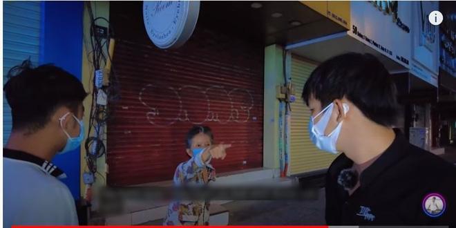 Đi phát khẩu trang từ thiện ở Sài Gòn, thanh niên bị bà già đánh tơi tả, dân mạng chia phe tranh cãi khi biết lý do-2