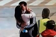 Khoảnh khắc của Messi và vợ ở sân bay