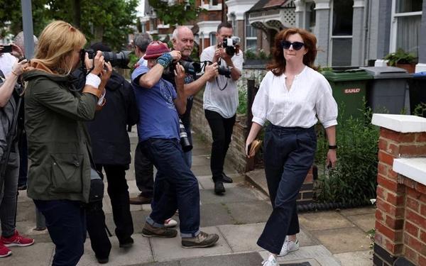 Nữ trợ lý ngoại tình với Bộ trưởng Y tế Anh lủi thủi một mình, khác một trời một vực với người vợ bản lĩnh-2