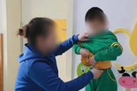 Con trai cởi quần áo trước mặt người lớn, bà mẹ vội ngăn thì cậu bé nói 1 câu khiến chị ngượng chín mặt