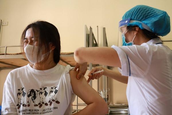 Vì sao Hà Nội đưa nhóm người trên 65 tuổi và có bệnh lý nền ra khỏi danh sách ưu tiên tiêm vaccine Covid-19 đợt này?-2