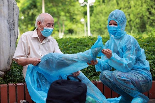 Vì sao Hà Nội đưa nhóm người trên 65 tuổi và có bệnh lý nền ra khỏi danh sách ưu tiên tiêm vaccine Covid-19 đợt này?-5