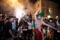 Video: Những màn ăn mừng nguy hiểm chết người của fan Italy trong đêm vô địch Euro 2020