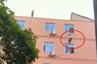 Clip: Cô bé 15 tuổi đòi nhảy lầu tự tử vì xin tiền nhưng bố không cho đủ, cảnh giải cứu khiến cả phố nín thở đứng xem