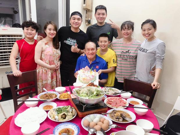 Duy Phước - Lê Lộc lần đầu xuất hiện bên gia đình riêng của bố Duy Phương, cử chỉ mẹ kế hé lộ mối quan hệ thật-1