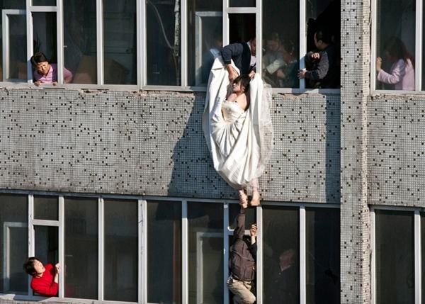 Cô gái mặc váy cưới nhảy khỏi tòa nhà, cuộc giải cứu nghẹt thở trong 54 giây và bức ảnh đạt giải thưởng gây xúc động mạnh-1