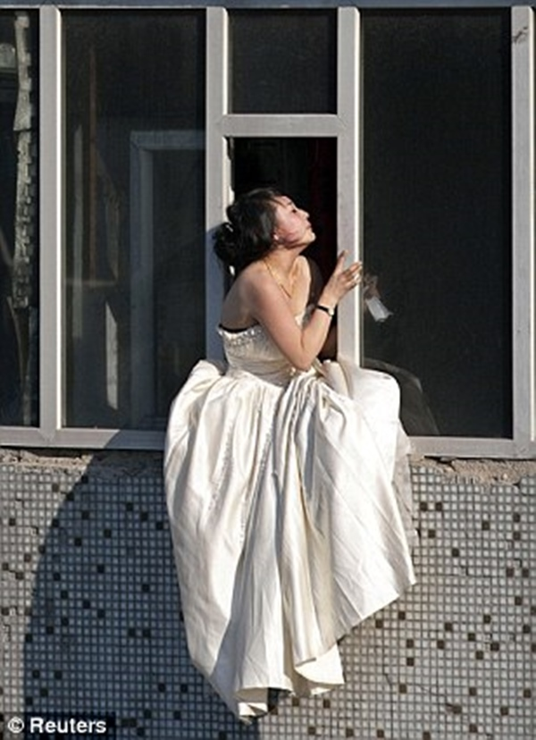 Cô gái mặc váy cưới nhảy khỏi tòa nhà, cuộc giải cứu nghẹt thở trong 54 giây và bức ảnh đạt giải thưởng gây xúc động mạnh-2