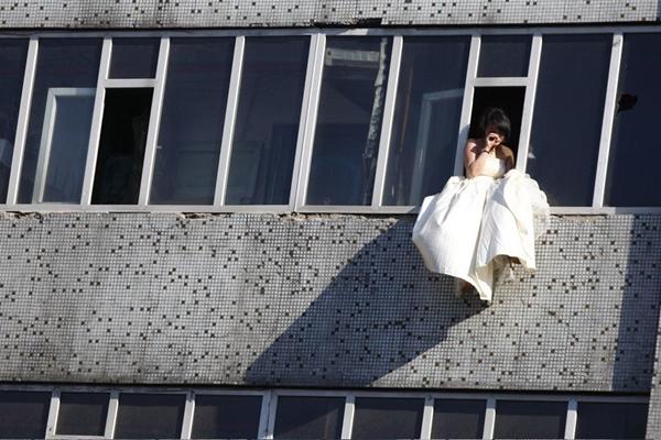 Cô gái mặc váy cưới nhảy khỏi tòa nhà, cuộc giải cứu nghẹt thở trong 54 giây và bức ảnh đạt giải thưởng gây xúc động mạnh-3