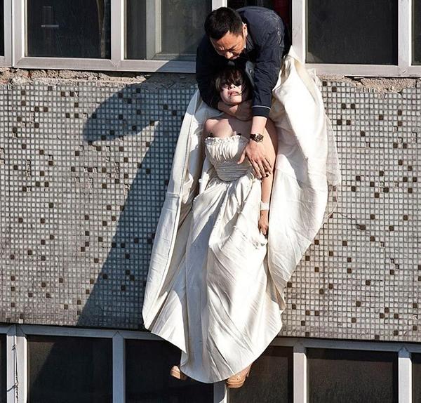 Cô gái mặc váy cưới nhảy khỏi tòa nhà, cuộc giải cứu nghẹt thở trong 54 giây và bức ảnh đạt giải thưởng gây xúc động mạnh-5
