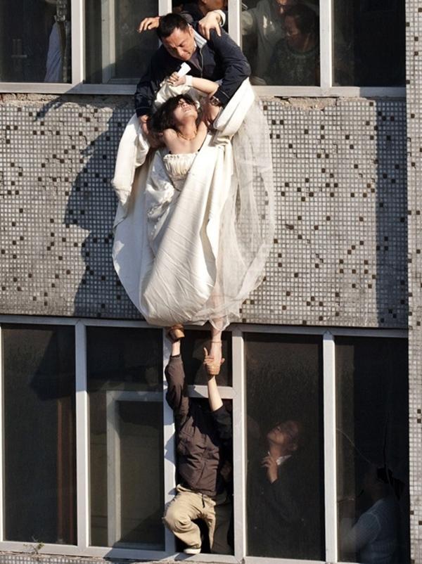 Cô gái mặc váy cưới nhảy khỏi tòa nhà, cuộc giải cứu nghẹt thở trong 54 giây và bức ảnh đạt giải thưởng gây xúc động mạnh-6