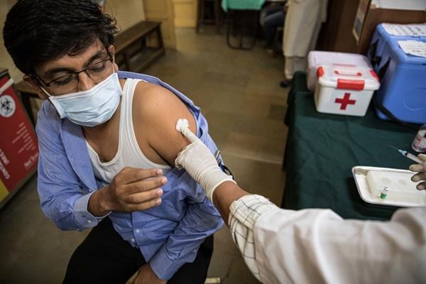 Người đàn ông Ấn Độ bị triệt sản khi đi tiêm vaccine-1