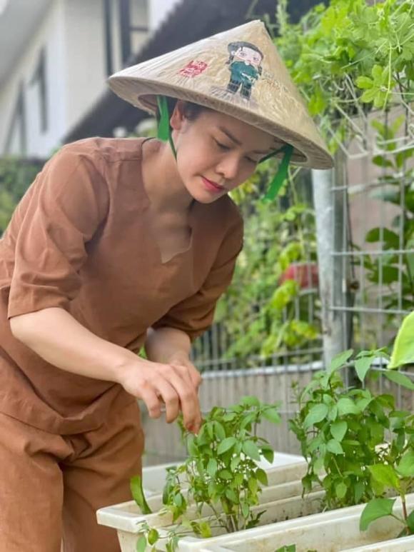 Nhật Kim Anh hóa nông dân chăm sóc vườn rau xanh mướt vào mùa dịch-6