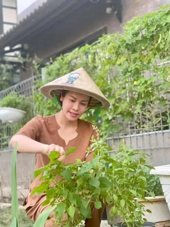Nhật Kim Anh hóa nông dân chăm sóc vườn rau xanh mướt vào mùa dịch-8