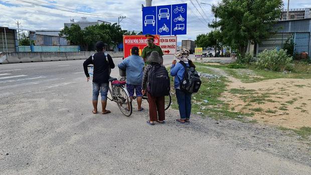 Thất nghiệp vì dịch COVID-19, 4 mẹ con đạp xe từ Đồng Nai về quê Nghệ An-1