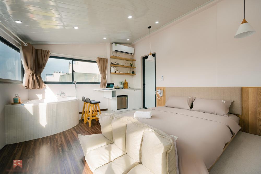 Trai phố cổ chi 150 triệu cải tạo sân thượng 26m2 thành mini penthouse, góc nào cũng sang xịn nhưng mê nhất là bồn tắm cực chill-3