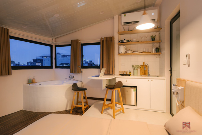 Trai phố cổ chi 150 triệu cải tạo sân thượng 26m2 thành mini penthouse, góc nào cũng sang xịn nhưng mê nhất là bồn tắm cực chill-15