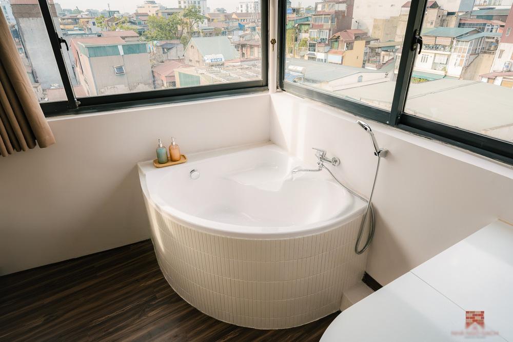 Trai phố cổ chi 150 triệu cải tạo sân thượng 26m2 thành mini penthouse, góc nào cũng sang xịn nhưng mê nhất là bồn tắm cực chill-8