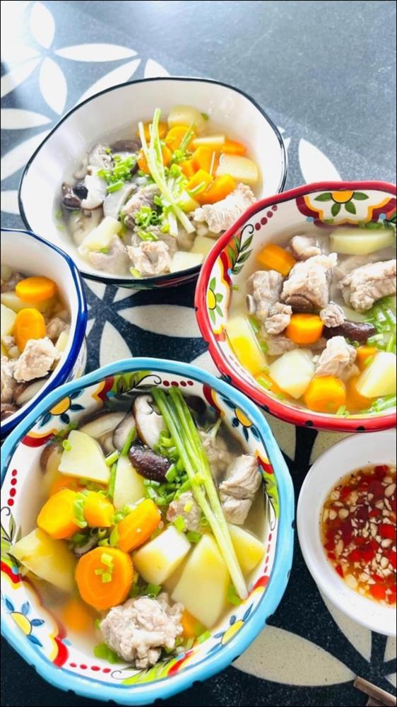 Ở nhà ngày dịch, Gil Lê vào bếp nấu nui hầm sườn non rau củngon lành, đẹp mắt không thua gì nhà hàng-4