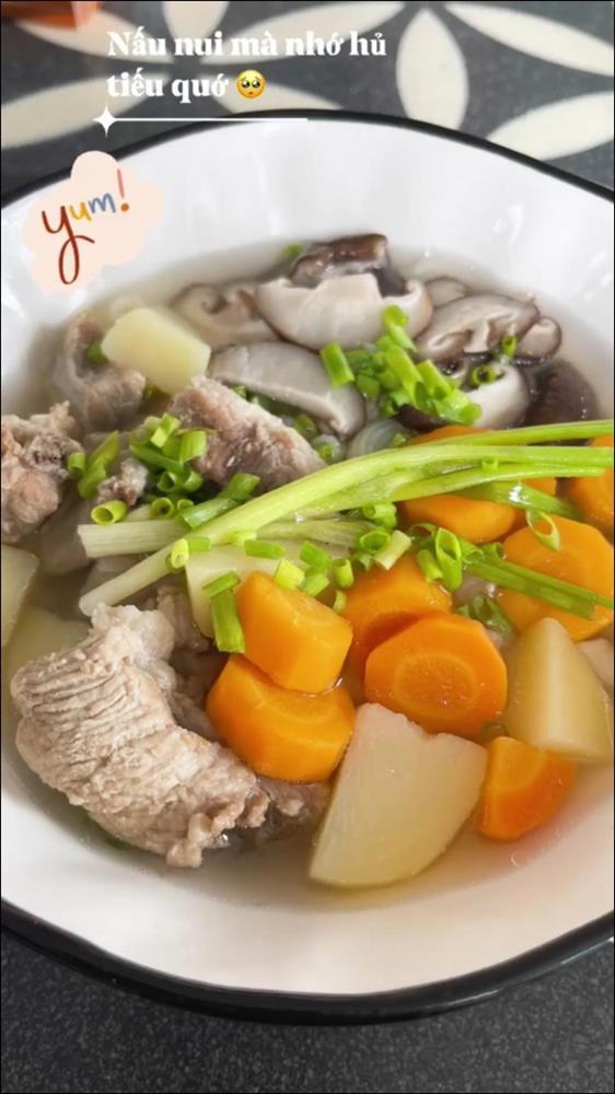 Ở nhà ngày dịch, Gil Lê vào bếp nấu nui hầm sườn non rau củngon lành, đẹp mắt không thua gì nhà hàng-3