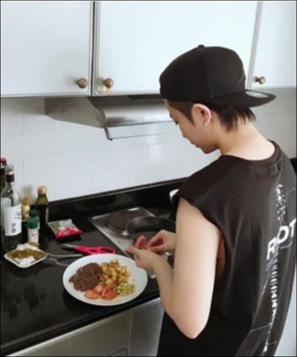 Ở nhà ngày dịch, Gil Lê vào bếp nấu nui hầm sườn non rau củngon lành, đẹp mắt không thua gì nhà hàng-9