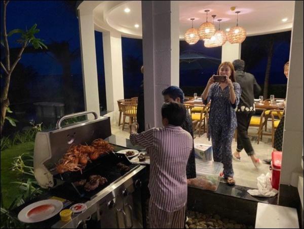 Ở nhà ngày dịch, Gil Lê vào bếp nấu nui hầm sườn non rau củngon lành, đẹp mắt không thua gì nhà hàng-10