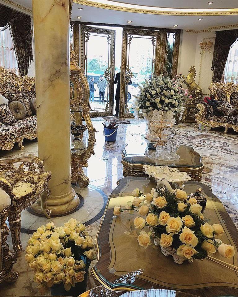 """Hoa khôi Báo Chí - Vũ Phương Anh gây xôn xao vụ tiêm Pfizer nhờ ông ngoại"""" để lộ ảnh cưới xa hoa trong căn nhà to như lâu đài, váy cưới đính hơn 10.000 viên pha lê-7"""