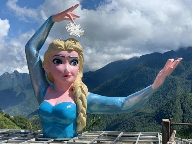 Tượng Nữ hoàng băng giá Elsa ở Sa Pa gây tranh cãi bởi tạo hình béo ú, mặt ác như mụ phù thủy: Cơ quan chức năng vào cuộc-1