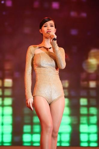 Đông Nhi diện đầm nude bó sát dễ gây hiểu nhầm không mặc gì-7
