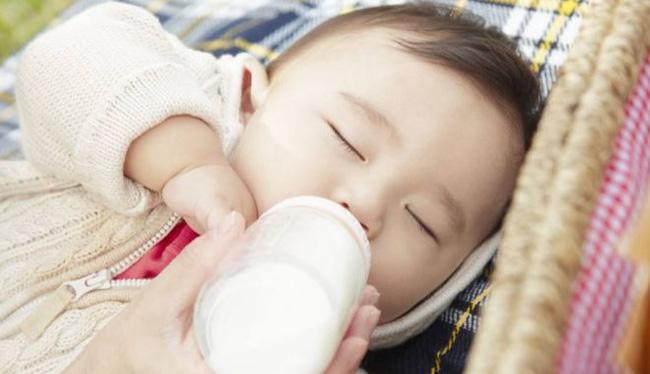 Bé sơ sinh 7 ngày tuổi bị sặc sữa tím tái toàn thân, không còn nhịp tim và hơi thở-3
