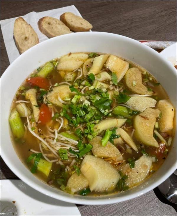 Hari Won vụng về bếp núc, Trấn Thành lạinấu ăn siêu ngon, nghỉ dịch ở nhà trình nấu nướng càng lên tay-4