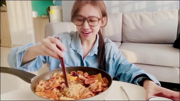 Hari Won vụng về bếp núc, Trấn Thành lạinấu ăn siêu ngon, nghỉ dịch ở nhà trình nấu nướng càng lên tay-8