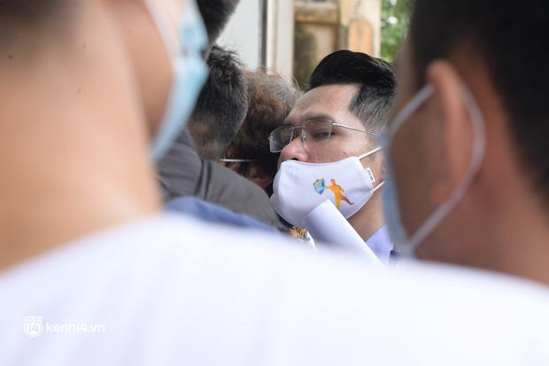 Hà Nội: Biển người chen lấn nghẹt thở chờ xét nghiệm, test nhanh Covid-19-11