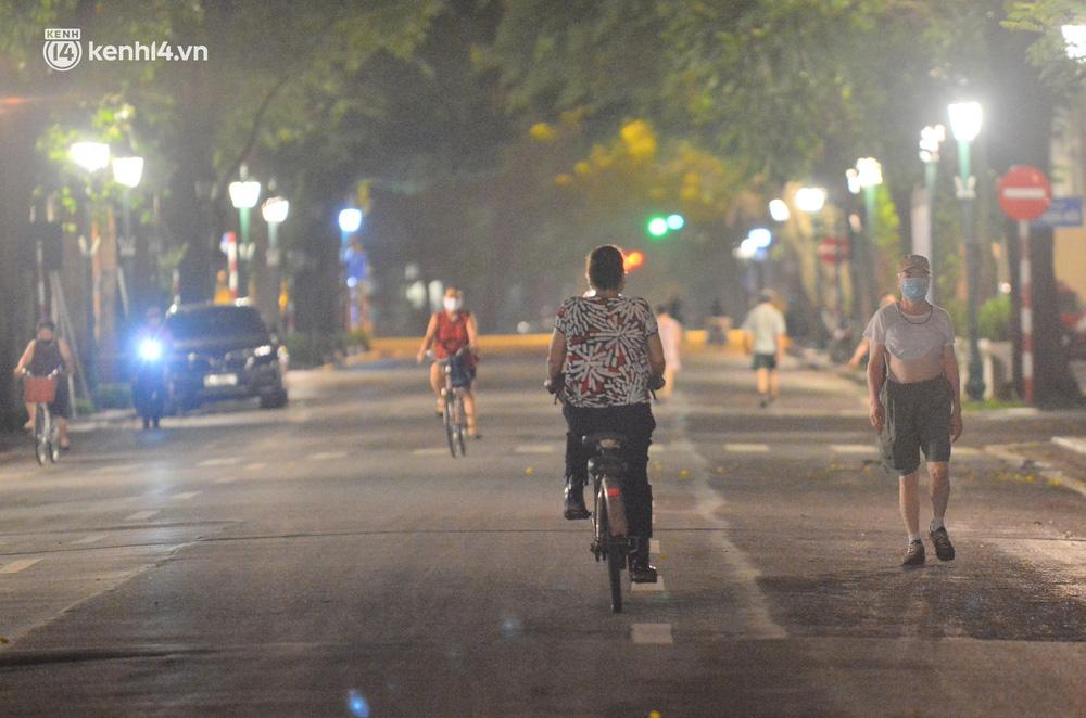 Hà Nội: Người dân né chốt, nửa đêm đến hồ Gươm tập thể dục dù công an canh gác xuyên đêm-1