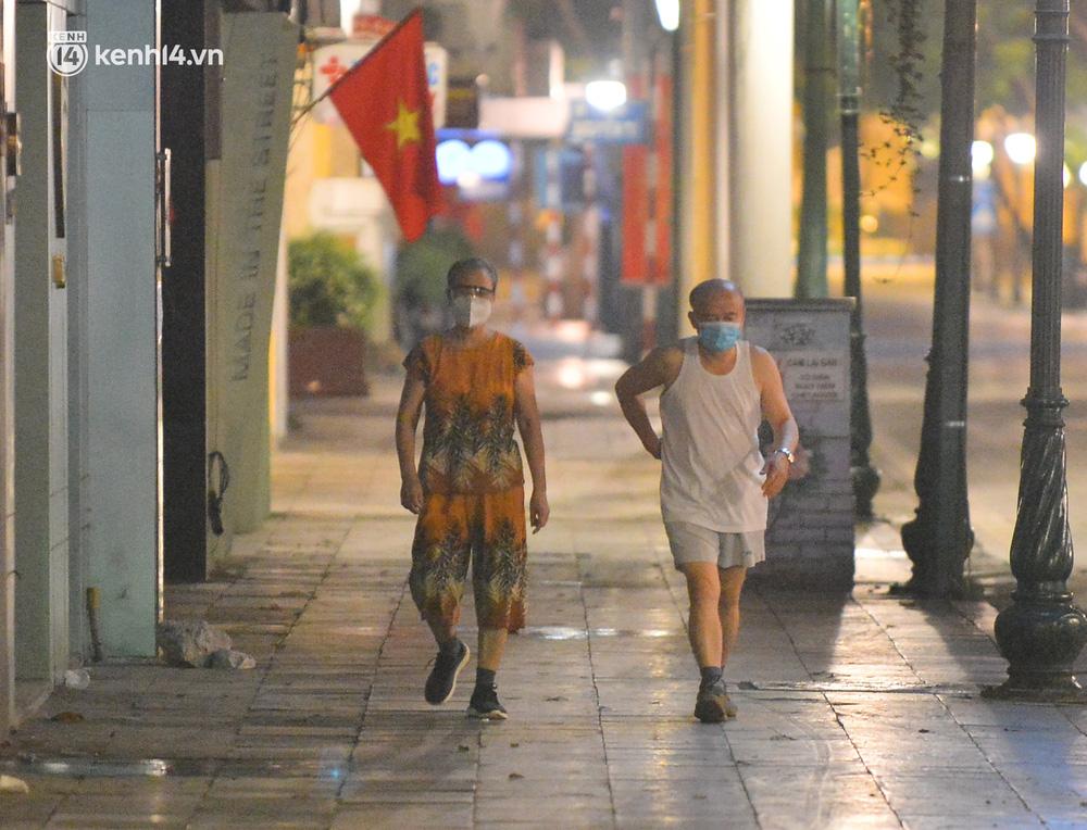 Hà Nội: Người dân né chốt, nửa đêm đến hồ Gươm tập thể dục dù công an canh gác xuyên đêm-2