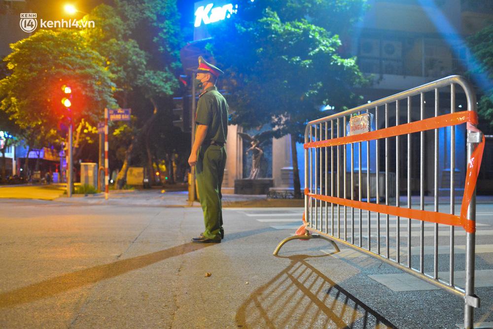 Hà Nội: Người dân né chốt, nửa đêm đến hồ Gươm tập thể dục dù công an canh gác xuyên đêm-3